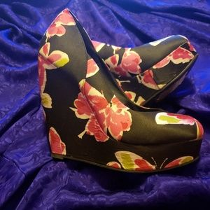 Elle butterfly wedge heels